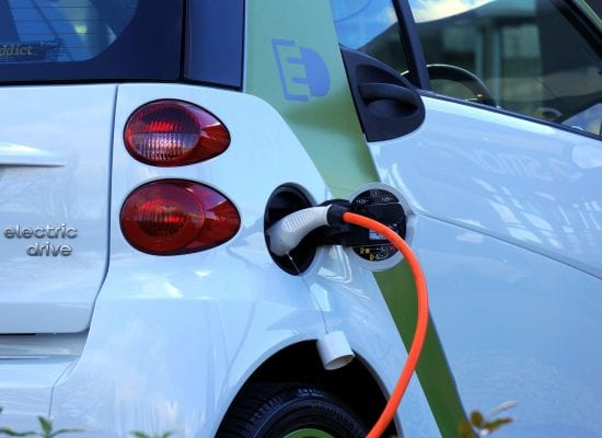 Taloyhtiöt voivat pian hakea valtion tukea sähköautojen latauspisteiden rakentamiseen – joustavampi päätöksenteko osakkaiden kesken edistäisi taloyhtiöiden palvelutarjonnan parantamista
