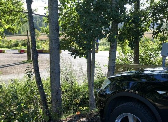 Kuukauden lakikysymys: Asukkaan auto vaurioitui pihatalkoissa, kuka korvaa vahingon?
