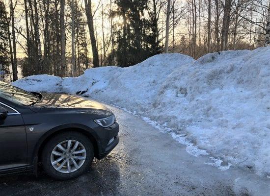 Kuukauden lakikysymys: Voiko taloyhtiön hallitus päättää, että pihalta varataan lumen kasaamiseen autopaikkoja?