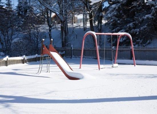 Leikkialue voi olla yllättävä vaaranpaikka talvisin – muista huolehtia sen turvallisuudesta ympäri vuoden