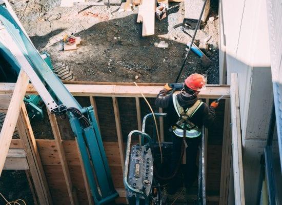 Osakkeenostajien valitsema rakennustyön tarkkailija on hyvä keino ehkäistä rakennusvirheitä