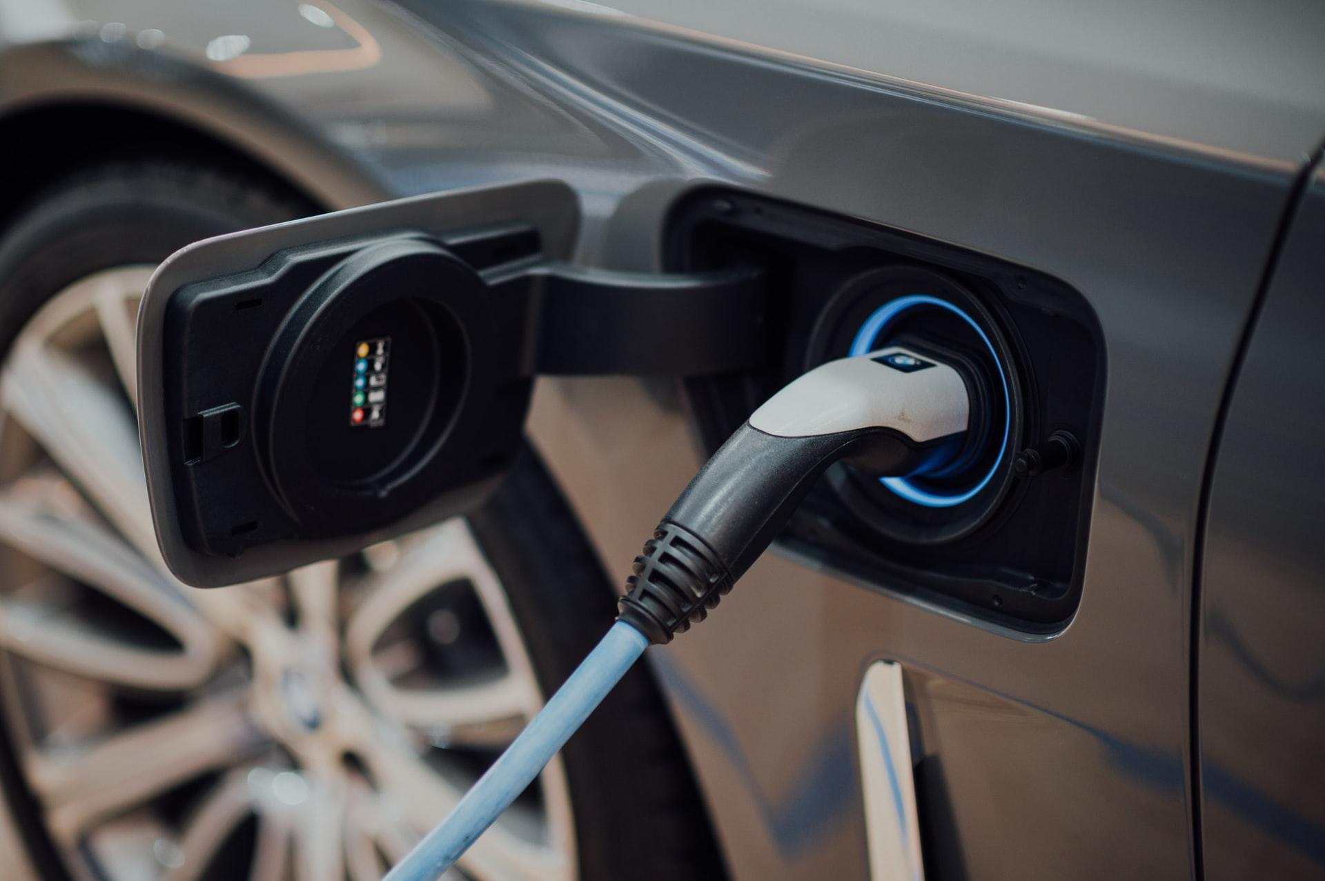 Laki sähköautojen latauspisteistä ja latauspistevalmiuksista astui voimaan – mitä se tarkoittaa taloyhtiöille?